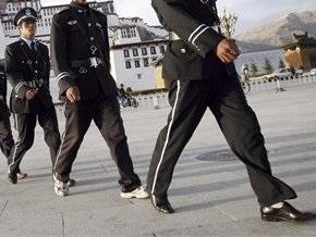 В Китае демонстранты забросали полицию камнями