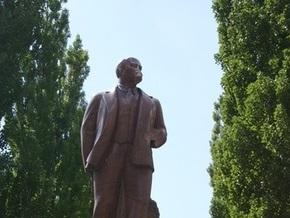 Суд частично оправдал подозреваемых в повреждении памятника Ленину в Киеве
