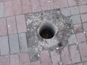 Киевлянка получила травму, угодив ногой в неогражденную яму на тротуаре