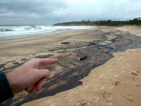 На Волге обнаружено пятно нефти, растянувшееся на 12 километров