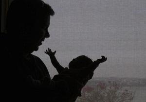 В США супружеская пара возле универмага продавала своего ребенка за $25
