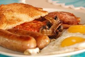 Новости Великобритании - еда: В Великобритании посетителям кафе предлагают бесплатный завтрак, содержащий 6000 калорий