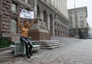 Двух активисток FEMEN арестовали во время проведения топлес-митинга в центре Киева