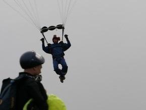Польский парашютист упал с неба на фотографировавшего его друга