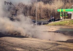 Фотогалерея: Полный провал. Огромная яма на дороге в центре Киева
