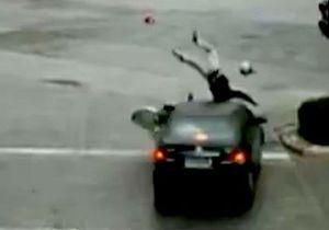 В Китае мотоциклист избежал смерти после столкновения с автомобилем, выпрыгнув на его крышу