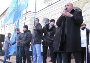 В Хмельницком предприниматели забросали яйцами губернатора и активистов Партии регионов