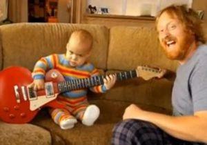 В интернете появился ролик с младенцем, играющим на электрогитаре