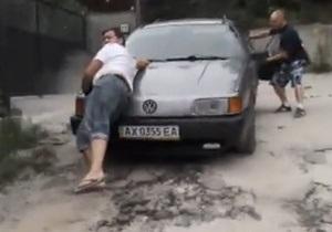 Возле дома учительницы Москаленко неизвестные прокатили журналиста на капоте - видео