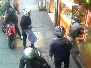 Банда мотоциклистов ограбила ювелирный магазин в центре Лондона