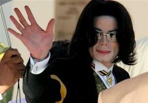 На торги выставят бетонную плиту с отпечатками руки и ноги Джексона