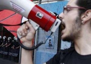Бастующие греческие учителя освободили захваченную телестудию