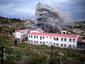 На итальянском острове Лампедуза бунтуют нелегалы: 60 человек пострадали