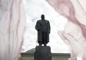 Коммунисты Запорожья организовали вооруженную охрану мастерской с памятником Сталину