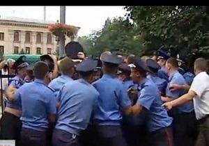 Штурм РОВД Святошино - протесты - МВД: Активистка сама натолкнулась на руки милиционера на рынке и спровоцировала конфликт