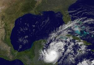 Туристы покидают мексиканские курорты из-за надвигающегося урагана Рина