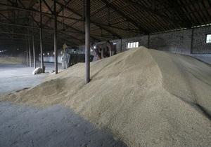В Сумской области через окно частного зернохранилища трое мужчин украли почти две тонны зерна