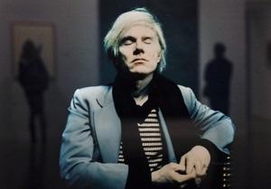 В Британии выставили скульптуру Энди Уорхола в образе беззубого старика