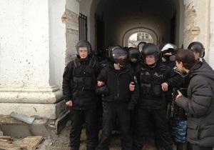В результате столкновений с Беркутом в Гостином дворе пострадали пятеро народных депутатов