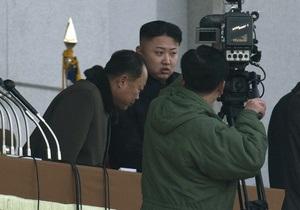СМИ обсуждают личность таинственного спутника Ким Чен Уна