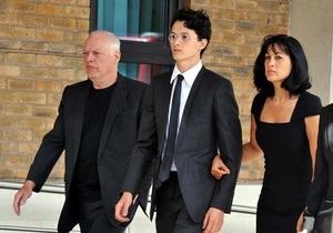 Приемного сына гитариста Pink Floyd приговорили к 16 месяцам тюрьмы