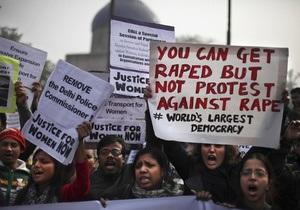 Жертва группового изнасилования в Дели борется за жизнь