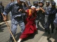 Тибетцы напали на китайское посольство в Непале