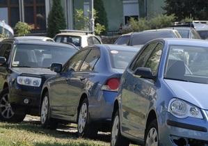 Киевляне заявляют о повреждении неизвестными 30-ти автомобилей на парковке