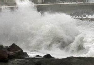 На центральной набережной Алушты волной в море смыло женщину
