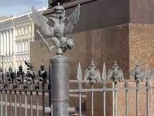 В центре Петербурга похитили шесть фигур двуглавых орлов