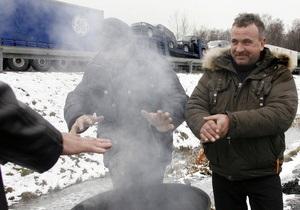 На Буковине пограничники установили пункты обогрева для водителей грузовиков