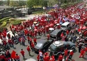 Премьер Таиланда покинул временный штаб на вертолете
