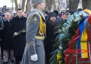 В Харькове во время визита Януковича венки прикрепили цепями