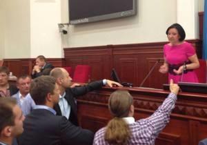 У депутатов, заблокировавших трибуну Киевсовета, могут отобрать мандаты - Ъ