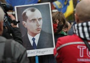 Янукович: Присваивать Бандере звание Героя Украины - это слишком