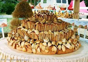 Для Сорочинской ярмарки испекли гигантский каравай и мясной торт, который не будут есть