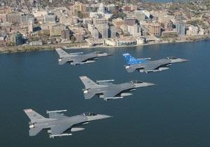 Запершиеся в туалете самолета пассажиры подняли по тревоге истребители ВВС США