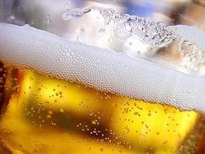 В Ровно несколько тонн пива вылили в канализацию в знак протеста
