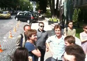 В Киеве более 30-ти человек аплодировали у посольства Беларуси