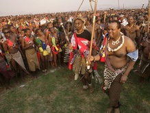 Король Свазиленда выбрал себе четырнадцатую жену из нескольких тысяч девственниц