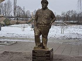 В Харькове установили памятник герою фильма В бой идут одни старики