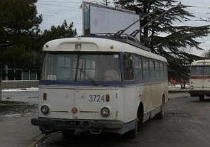 В Крыму на троллейбус с пассажирами упала электроопора