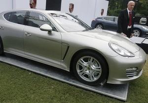 Главу МВФ раскритиковали за фото, где он стоит рядом с престижным авто