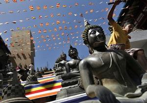 На Шри-Ланке троих туристов из Франции осудили за поцелуй статуи Будды