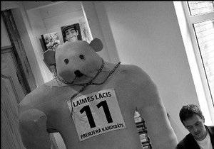 На пост премьера Латвии выдвинули поролонового Медведя счастья