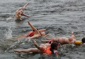 В России запретили ежегодный заплыв на резиновых женщинах