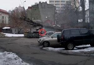 Видео с киевлянкой, на которую едва не упало дерево, стало хитом YouTube