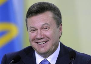 Януковичу подарили брокерский жилет с персональным номером 1268