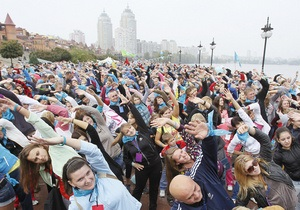 Фотогалерея: Вдох глубокий, руки шире. Киевляне сделали самую массовую в мире зарядку