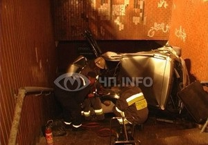 В Киеве Subaru врезался в подземный переход: пассажир и водитель погибли